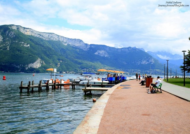 Quai de Bayreauth - a beautiful place to take a stroll by Lake Annecy in France