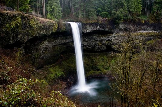 1200px-South_Falls,_Silver_Falls_State_Park