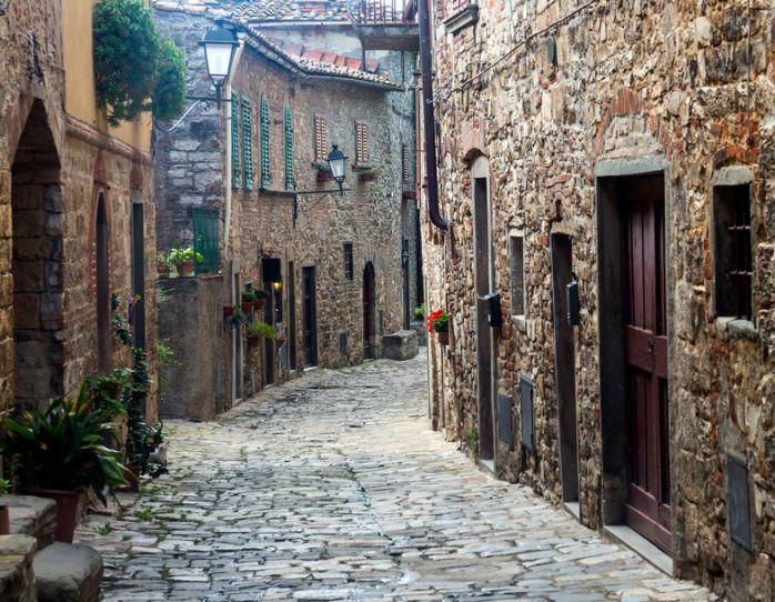 2-cobbled-street-in-montefioralle-greve