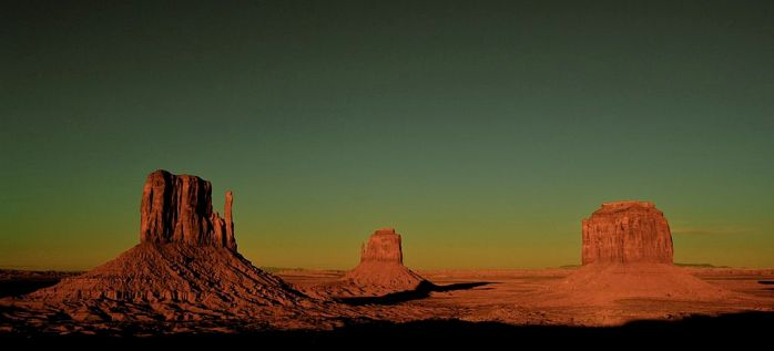 1024px-The_Mittens,_Monument_Valley,_Utah-Arizona,_Down_from_the_Visitor_Center_at_the_Navajo_Tribal_Park